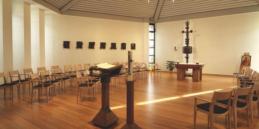 Die schlichte, in warmen Holztönen gestaltete Meditationskapelle lädt den Besucher zum Verweilen und zur stillen Einkehr ein.