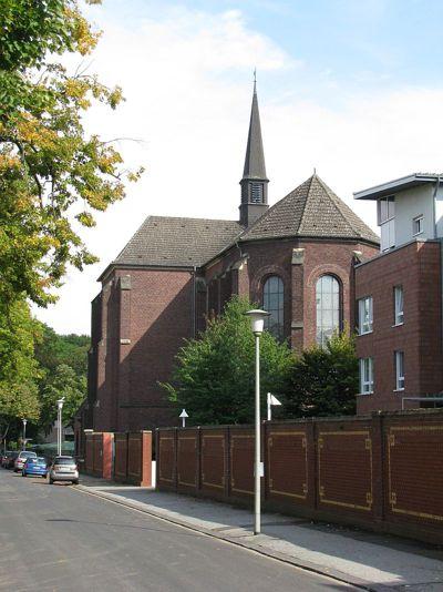 Der Chorraum der Franziskanerkirche St. Barbara von der Bettrather Straße aus gesehen.