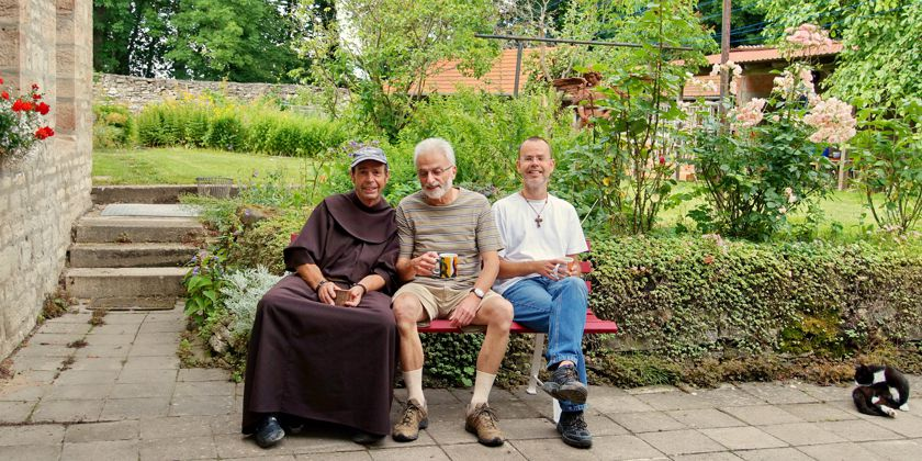 Kaffeepause: Bruder Bernhard mit Gästen auf dem Hülfesnberg
