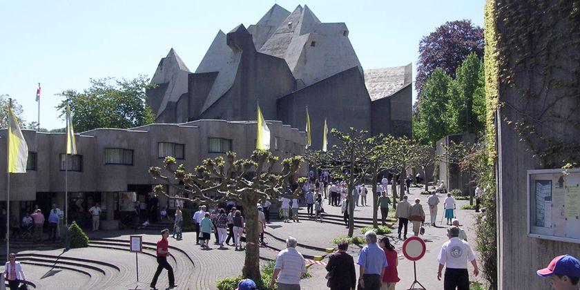 Blick auf Pilgerplatz und Wallfahrtskirche. Vor der Wallfahrtskirche ist ein großer stufenartiger Pilgerplatz angelegt.