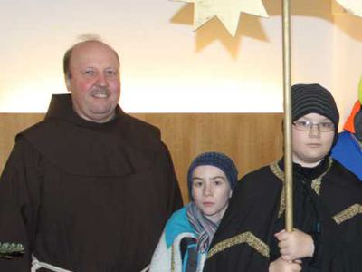 Bruder Othmar empfängt Sternsinger im Haupthaus von antonius
