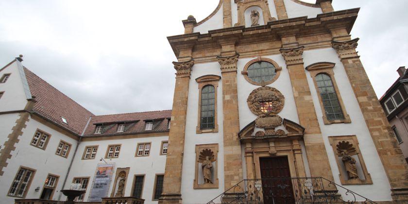 Die Barocke Fassade der Klosterkirche dominiert das Erscheinungsbild der Fußgägnerzone. Angeschlossen an das Sakralgebäude links ein Gebäudeflügel des Klosters.