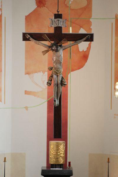 Im Chorraum der Klosterkirche steht hinter dem Altar ein großes Holzkreuz mit einem barocken Christuscorpus.
