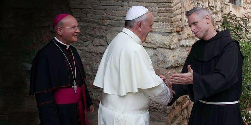 Papst Franziskus trifft den Generalminister des Franziskanerordens Bruder Michael Perry in der Einsiedelei Carceri in Assisi (Okt. 2013). Bild von ofm.org