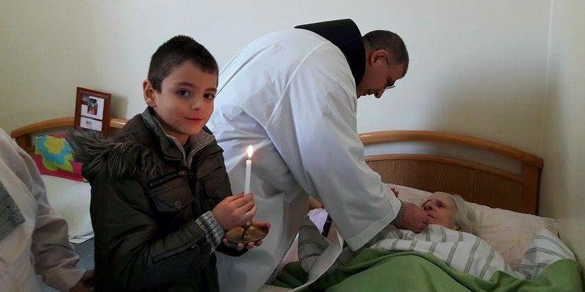 Bruder Firas Lutfi beim Krankenbesuch. Er ist im Herbst 2015 nach Abschluss eines Studiums in Rom nach Aleppo zurückgekehrt.