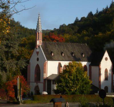 Die gotische Wallfahrtskirche eingebettet in die herbstliche Umgebung.