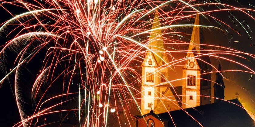Im Feuerwerk zur Jahreswende erstrahlt die Basilika im leuchtenden Farbenspiel. Foto von Andreas Pradel, Werl