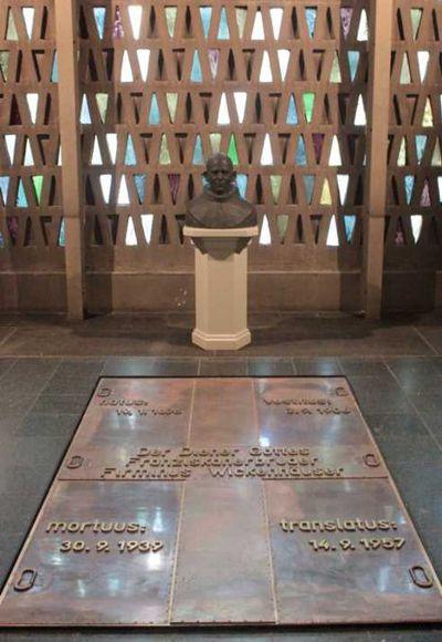 Das Grab von Bruder Firminus Wickenhäuser in der Kirche St. Mariä Empfängnis .