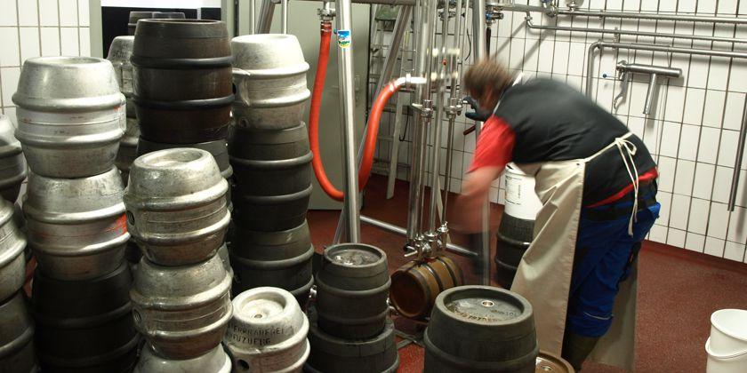 In der Brauerei wird das Bier aus eigener Herstellung in die Fässer gefüllt.