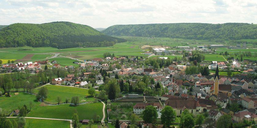 Dietfurt im Altmühltal (Bayern). Das Franziskanerkloster ist auf dem Foto vorne rechts. Bild von Othmar Franthal