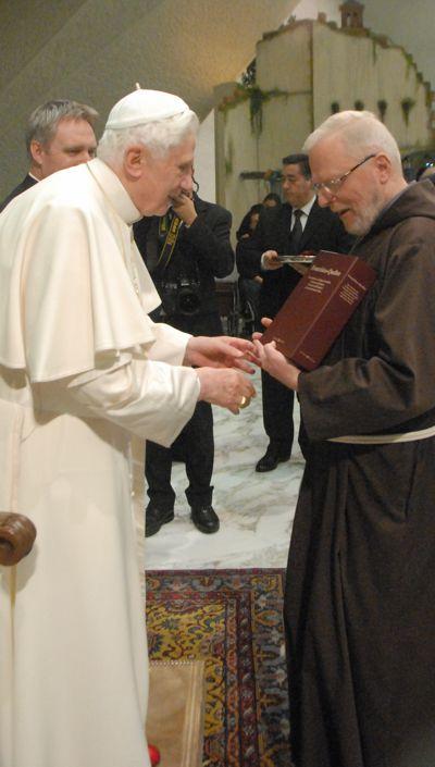 """Bruder Leonard Lehmann ofmcap überreicht die von FFF erarbeiteten """"Franziskus-Quellen"""" 2010 an Papst Benedikt"""
