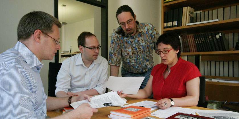 Bernd Schmies, der Leiter der Fachstelle im Gespräch mit seinem Team.