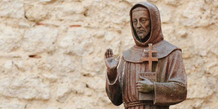 Franziskusskulptur im Klosterhof des Klosters in Fonte Colombo, Italien