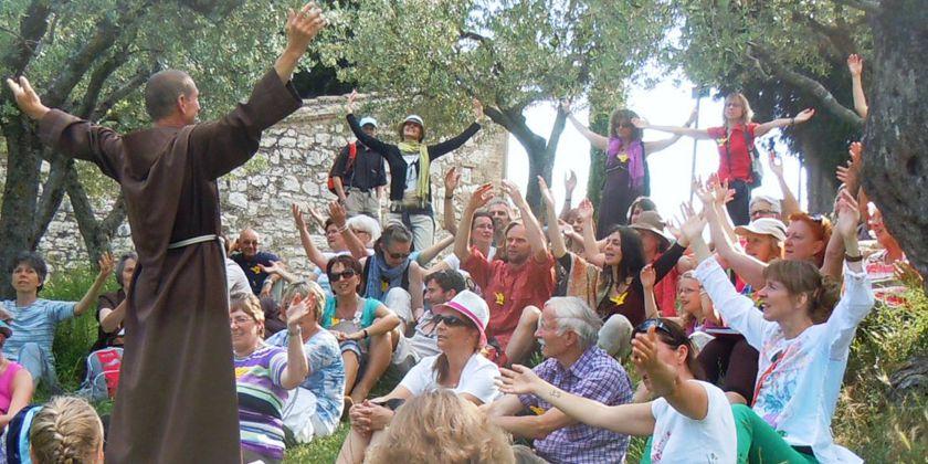 Eine Gruppe franziskanisch inspirierter Menschen beim gemeinsamen Gebet. Bild von Bruder Georg Schmauser