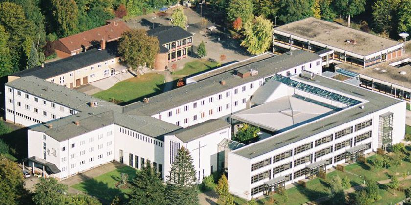 Der weitläufige Schulkomplex betrachtet aus der Vogelperspektive.