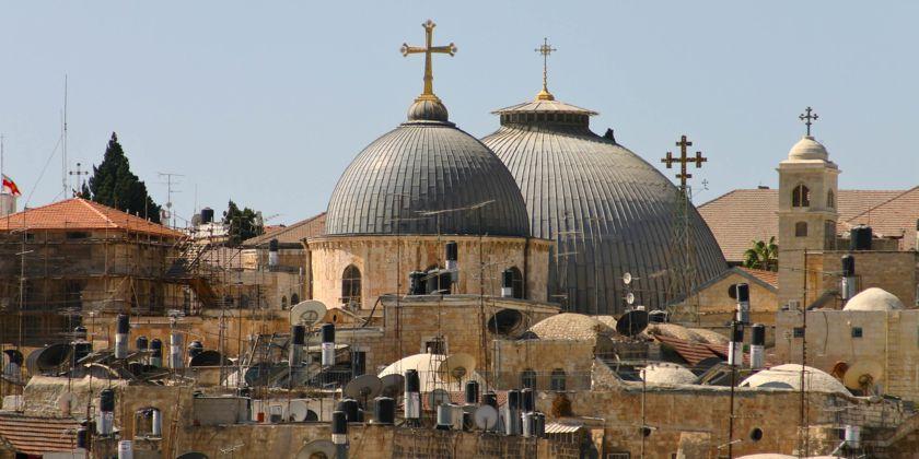 Die mächtigen Kuppeln der Grabeskirche überragen die Gebäude der Altstadt von Jerusalem. Hier in der Grabeskirche beten am Grab Christi unzählige Pilger aus allen Ländern und Erdteilen. Bildquelle: Custodie des Heiligen Landes.