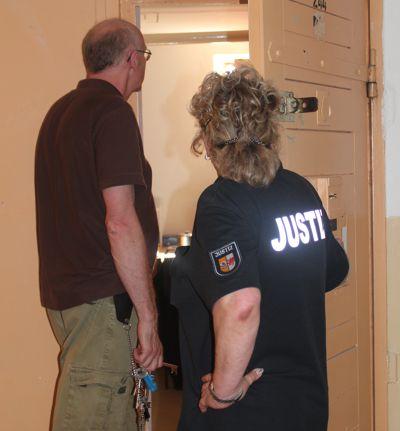 Eine Justizvollzugsbeamtin öffnet Bruder Gabriel die Tür zu einer Zelle