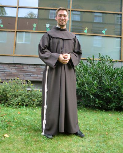 Bruder Marco Nobis war zuletzt Novize der Deutschen Franziskanerprovinz und hat im September 2016 zum ersten mal seine Gelübde abgelegt. Das Bild zeigt ihn direkt nach seiner Einkleidung in Berlin.