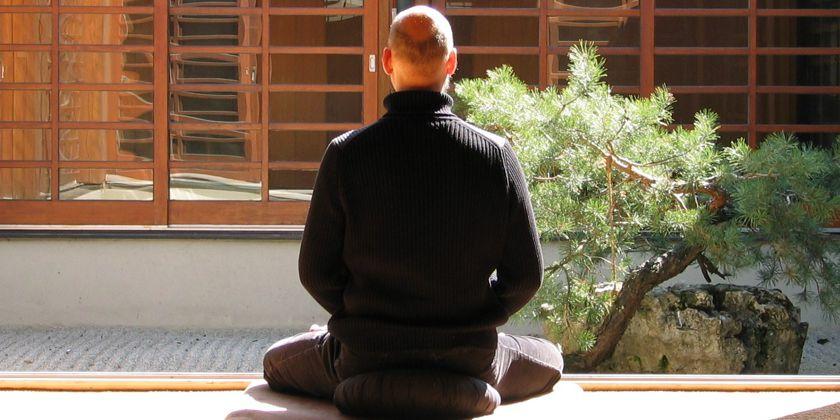 Ziel beim Zen ist es, still zu werden, leer zu werden; die Gedanken abzulegen und der Gegenständlichkeit zu entkommen, um in der Höhle des Herzens mit der letzten Wirklichkeit alleine zu sein, jenseits aller Begriffe und Worte.