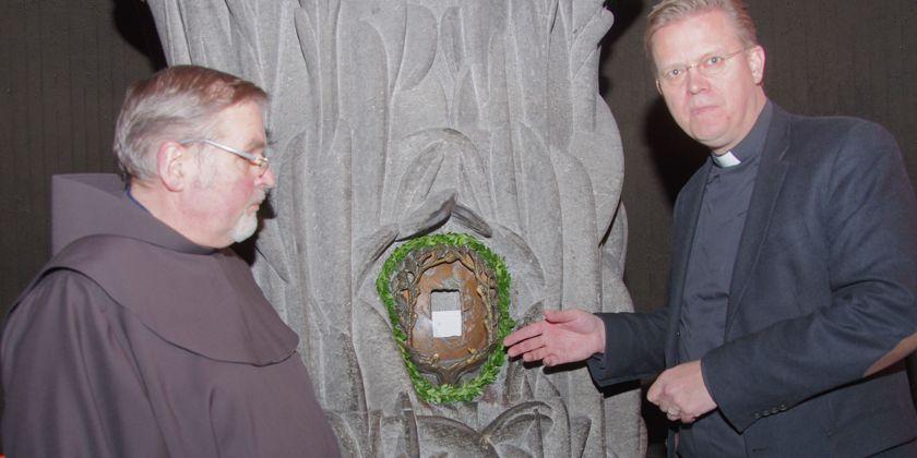 Foto der aufgebrochenen Nische mit (rechts) Herrn Generalvikar Dr. Dominik Meiering und (links) Bruder Dietmar Brüggemann, dem stellvertretenden Wallfahrtsleiter. Bild von der Pressestelle des Erzbistums Köln / Christoph Heckeley