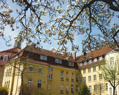 Bildungshaus Ohrbeck bei Osnabrück, Gartenansicht im Frühling, Bild von Kerstin Beimdiek