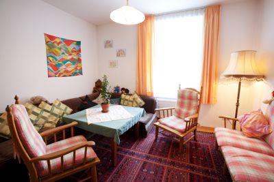 Eines der Wohnzimmer der Wohneinheiten, die für die Angehörigen zur Verfügung stehen.