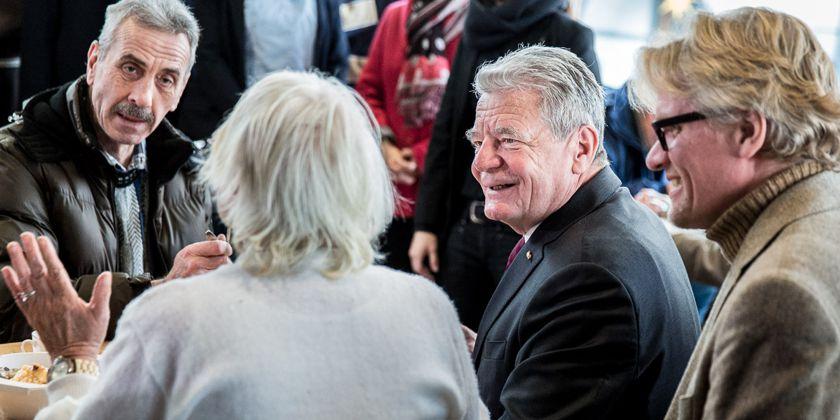 Bundespräsident Joachim Gauck besucht die Suppenküche der Franziskaner in Berlin Pankow. Bild von Jesco Denzel / Bundespresseamt.