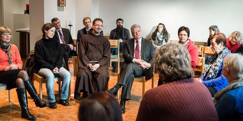 Austausch in der Klosterkapelle. Bild von Jesco Denzel / Bundespresseamt