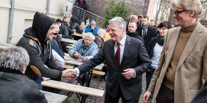 Einfühlsam lässt sich der Bundespräsident auf die Menschen ein. Bild von Jesco Denzel / Bundespresseamt