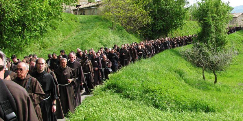 Franziskaner bei einer Prozession in Assisi. Auch heute noch ist es für manchen verlockend ohne Eigentum zu Leben. Das schafft Freiheit. Bild von Bruder Michael Blasek