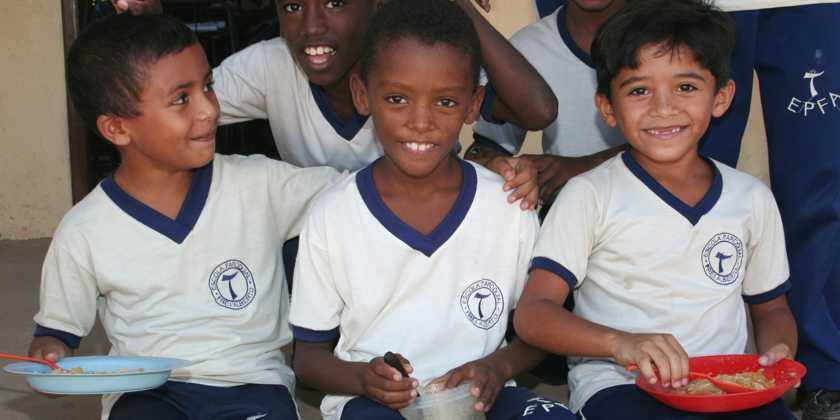 Schulspeisung an der Frei Alberto Schule Brasilien. Kinder aus den Favelas, den Slumvierteln von São Luís bekommen hier dank Ihrer Spende Zugang zu Grundbildung und einer warmen Mahlzeit