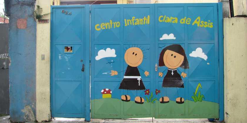 Einganstor zum Kinderzentrum Klara in São Paulo, Brasilien
