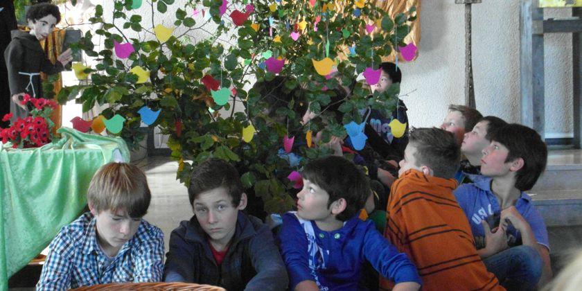 Internatsschüler bei der Feier des Franziskusfestes.