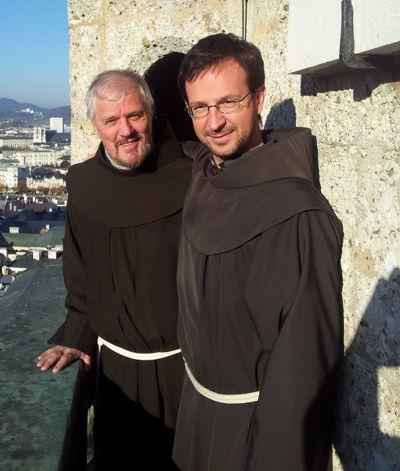 Der Delegationsleiter und Guardian des Münchner Klosters Pater Alfons Schumacher (links) verhandelt in Salzburg mit Pater Oliver Ruggenthaler ofm, dem Provinzialminister der Österreichischen Provinz, um den Beitritt der Bayerischen Klöster.