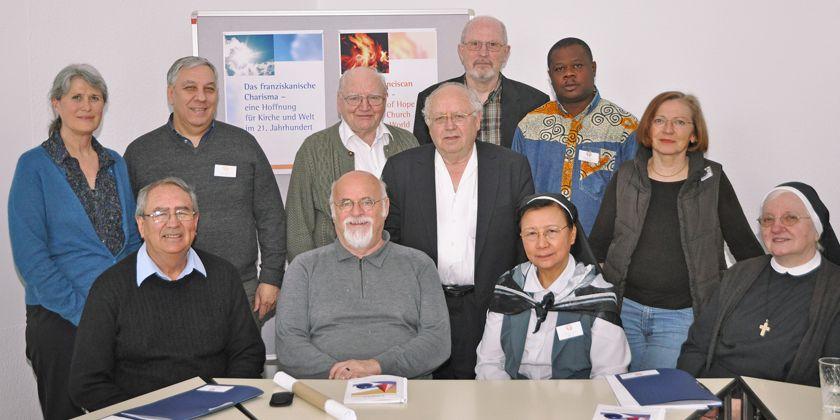 Verabschiedung der beiden Gründerväter Andreas Müller OFM (2.R. 3.v.l.) und Anton Rotzetter OFMCap (1. R. 2. v. l) aus dem Leitungsteam des CCFMC bei der Sitzung im Mai 2011 im Exerzitien der Franziskaner in Hofheim. Bild von Kerstin Meinhardt