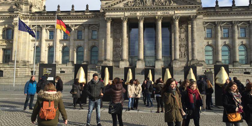 Aktionstag gegen den Waffenhandel 2016: Die sieben goldenen Nasen des deutschen Rüstungsexports vor dem Reichstag in Berlin. Bild von aufschrei-waffenhandel.de