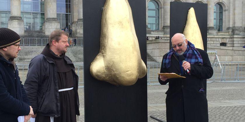 Durch die Ausstellung führte u.A. Aufschrei-Sprecher Jürgen Grässlin von der DFG-VK (links). Bild von aufschrei-waffenhandel.de
