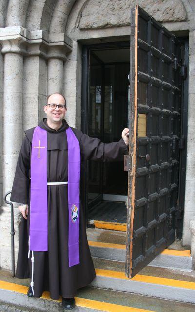 """Der Franziskanerpater Rafael Rieger ist einer von 19 Priestern in den deutschen Bistümern, die im Heiligen Jahr der Barmherzigkeit den Dienst des """"Missionars der Barmherzigkeit"""" ausüben. Bild von Florian Ertl"""