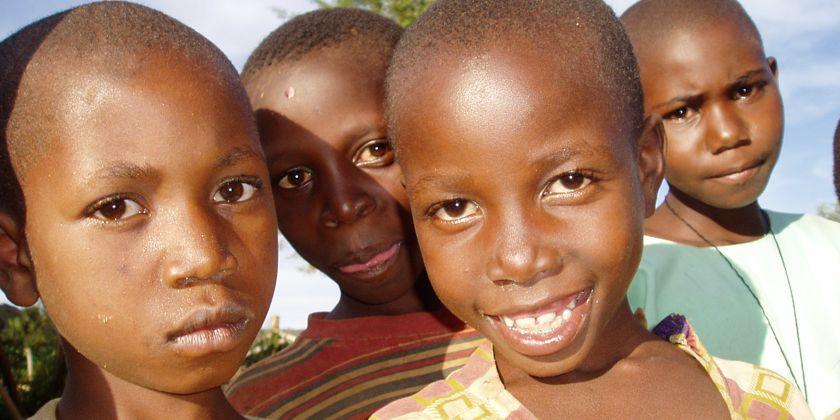 Trotz ihres harten Schicksals. Sie haben das Lachen noch nicht verlernt. Aidswaisen in der Franziskanerpfarrei von Rushooka.