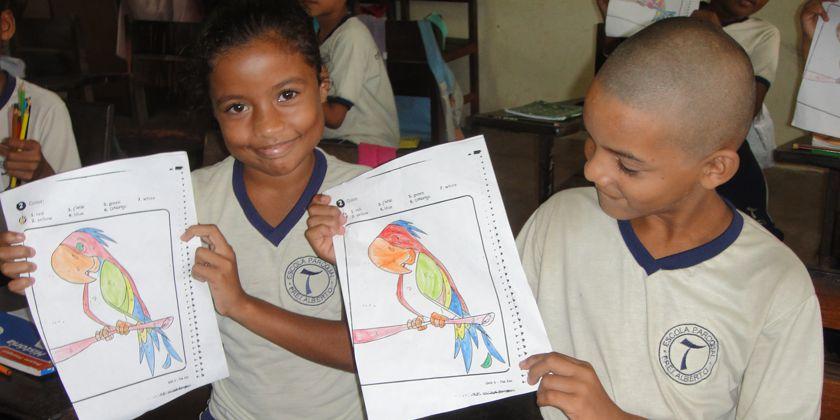 Malwettbewerb der Kleinen. Stolz zeigen sie ihre gemalten Papageien.