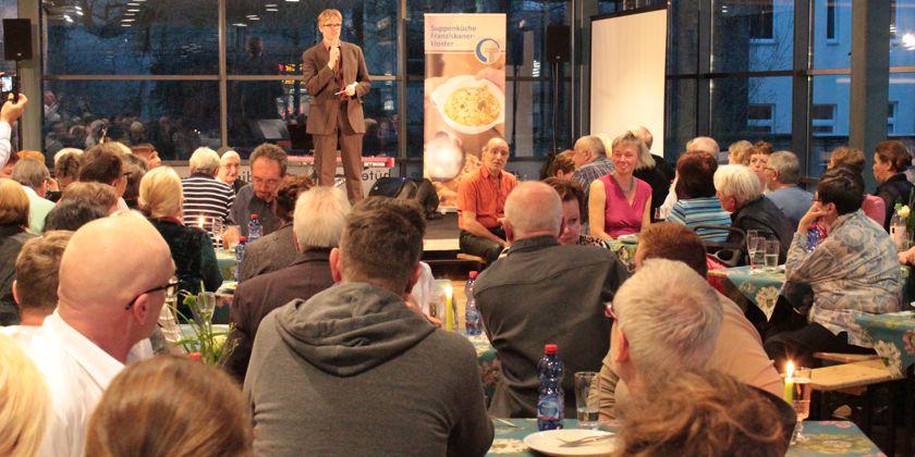 Suppenküchenleiter Bernd Backhaus dankt den vielen Helfern und Mitarbeitern für ihr Engagement.