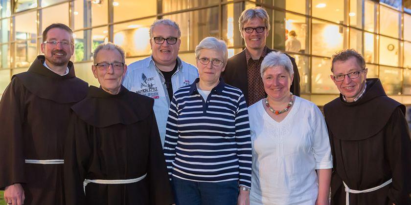 Alle Leiter der Suppenküche der Franziskaner in Berlin Pankow der letzten 25 Jahre waren zum Jubiläum gekommen: Br. Andreas, Br. Johannes, Br. Antonius, Sr. Monika, Herr Backhaus, Sr. Katharina und Br. Florian. Bereits im Jahr 2004 verstarb Br. Peter.