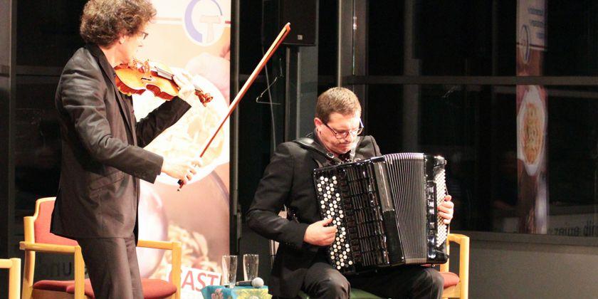 """Musikalisch begleitet wurde das Programm vom """"Duo Archivolte"""" aus Frankreich. Die Musiker Philippe Arestan (Violine) und Philippe Borecek (Akkordeon) spielen klassische Musik auf höchstem Niveau. Die Mischung aus Violine und Akkordeon ergibt dabei eine sehr reizvolle Klangfarbe. Sehr Empfehlenswert! Noch einmal zu hören am Sonntag, 10. April um 20:00 Uhr bei einem Benefizkonzert zugunsten der Suppenküche in der kath. Kirche St. Ludwig, Ludwigskirchplatz, Berlin"""
