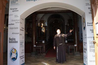 Bruder Stanislaus Wentowski bei der Heiligen Pforte, die er als Einladung an alle Menschen verstanden wissen möchte, sich Gott und dem Glauben neu zu nähern. Foto: Eckert