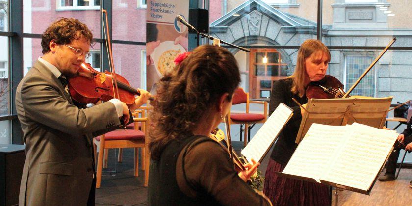 Die Berliner Musiker Ernst-Martin Schmidt , Avigail Bushakevitz, und Constanze Fiebig rundeten das Programm mit Streichermusik von Bach ab.