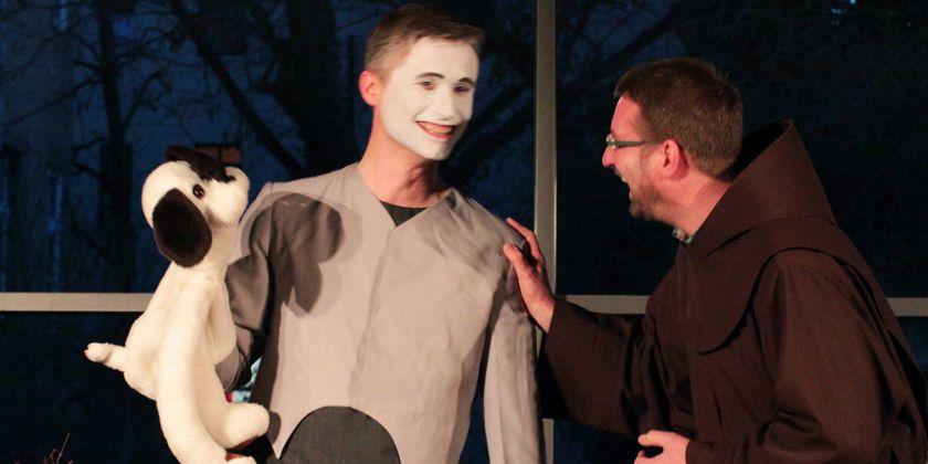 Bruder Andreas war sichtlich amüsiert von der pantomimischen Darbietung