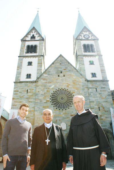 Bruder Werner Mertens (rechts) freute sich den Franziskaner Georges Abou-Khazen (Mitte) aus Aleppo in Werl begrüßen zu können. Der syrische Student Antoine Capucci, der einige Zeit bei den Werler Franziskanern lebte, begleitete das Treffen. Foto: Nienhaus