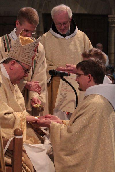 Bischof Bode salbt Bruder René die Hände