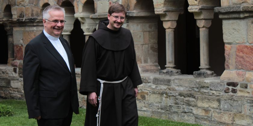 Peter Grunwaldt (Bistum Osnabrück) und Bruder René Walke nach der Weihe im Domgarten