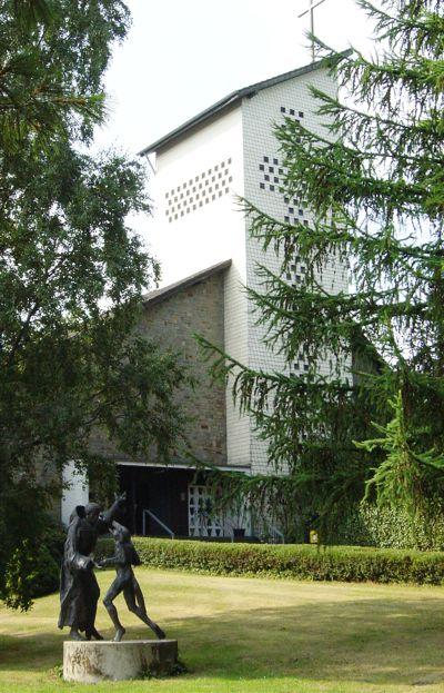 Franziskus und der Wolf: Plastik von Bruder Laurentius Englisch. Im Hintergrund die Klosterkirche.